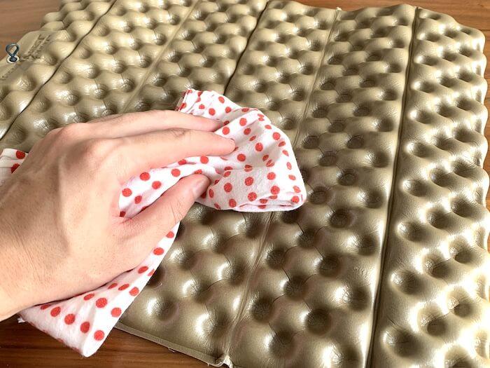 サーマレスト Zシート 水気を拭いている画像