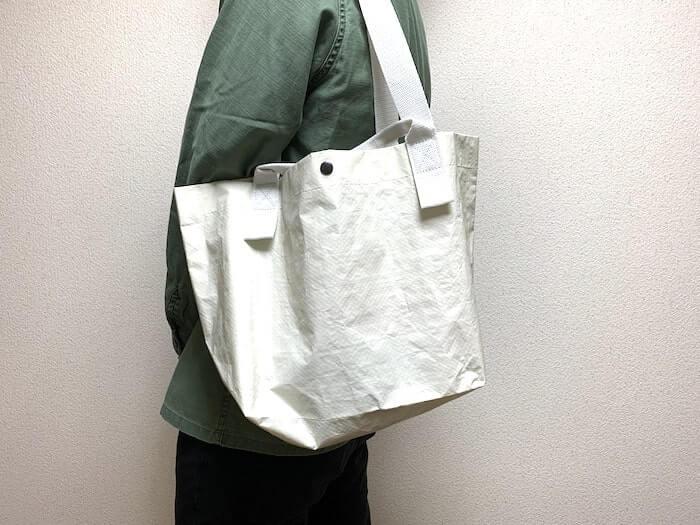 無印良品の「ポリエチレンシート・ミニトートバッグ」 肩掛け