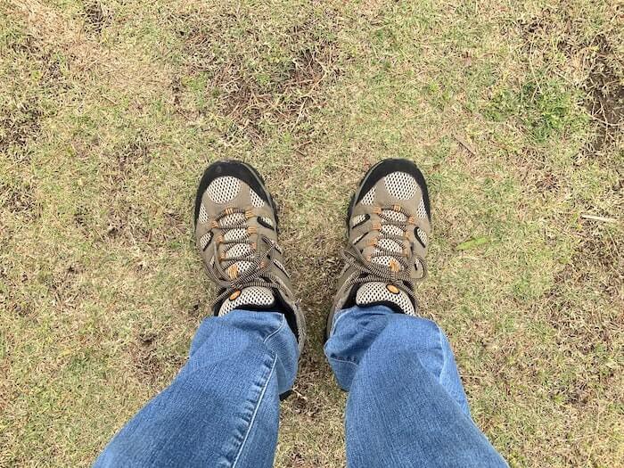 メレル モアブ ローカット 芝生の上1