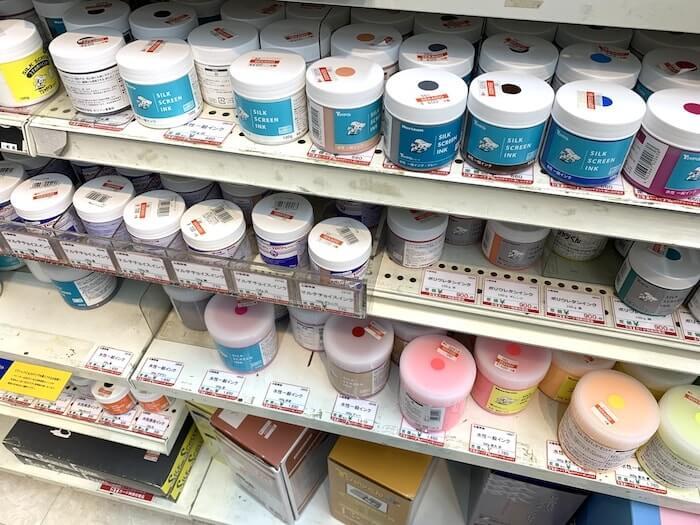 世界堂 新宿本店 シルクスクリーンコーナー インクが多数