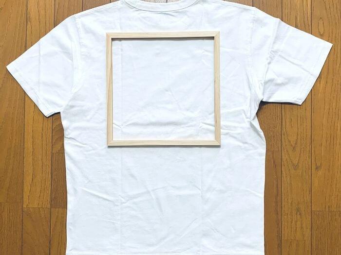 シルクスクリーン道具 100均の額縁をTシャツの上においたところ
