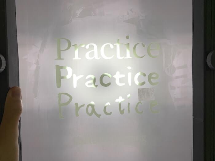 シルクスクリーン ピンホールの判別方法 光に透かす