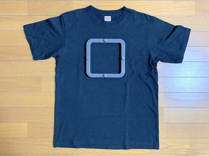 スモールフレームをTシャツの上に置いてみた